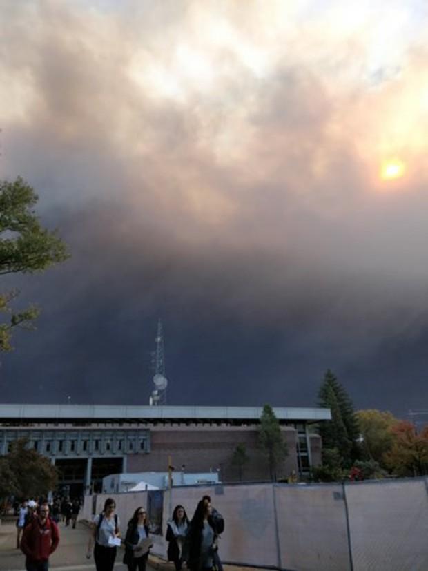 """Cháy rừng """"như tận thế"""" ở California (Mỹ) làm hàng nghìn người sơ tán - Ảnh 7."""