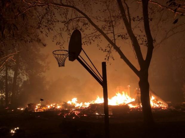 """Cháy rừng """"như tận thế"""" ở California (Mỹ) làm hàng nghìn người sơ tán - Ảnh 10."""