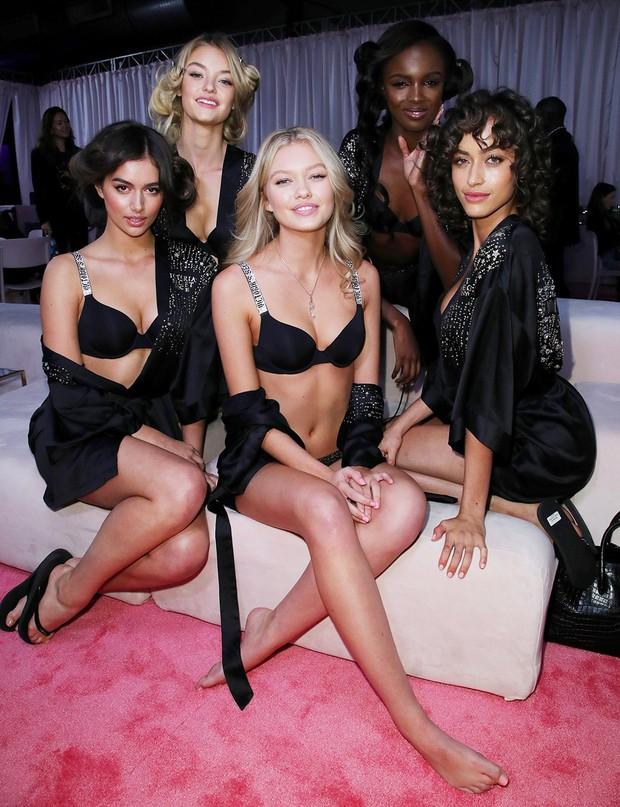 Hậu trường Victoria's Secret Show 2018: Không diện áo choàng hồng như mọi năm, dàn mẫu diện áo đen siêu quyến rũ - Ảnh 21.