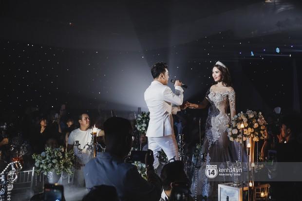 Ưng Hoàng Phúc khoá môi Kim Cương vô cùng ngọt ngào trong đám cưới - Ảnh 4.