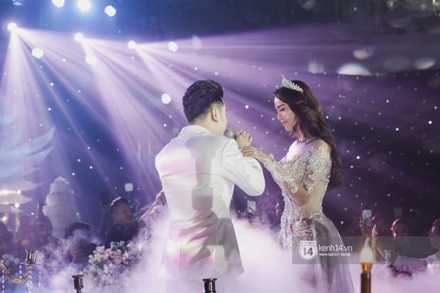 Ưng Hoàng Phúc khoá môi Kim Cương vô cùng ngọt ngào trong đám cưới - Ảnh 7.