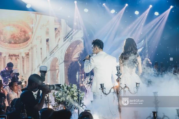 Ưng Hoàng Phúc khoá môi Kim Cương vô cùng ngọt ngào trong đám cưới - Ảnh 8.