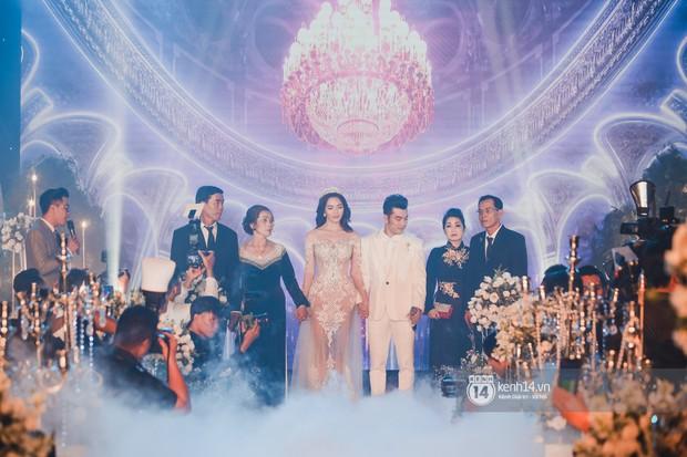 Ưng Hoàng Phúc khoá môi Kim Cương vô cùng ngọt ngào trong đám cưới - Ảnh 9.