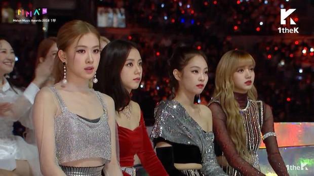 Quá mệt mỏi với những cáo buộc thiên vị, stylist YG quyết định cho Jennie quấn giẻ lên sân khấu Melon Music Award 2018 - Ảnh 2.
