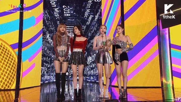 Quá mệt mỏi với những cáo buộc thiên vị, stylist YG quyết định cho Jennie quấn giẻ lên sân khấu Melon Music Award 2018 - Ảnh 3.