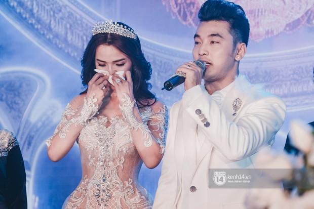 Ưng Hoàng Phúc khoá môi Kim Cương vô cùng ngọt ngào trong đám cưới - Ảnh 16.
