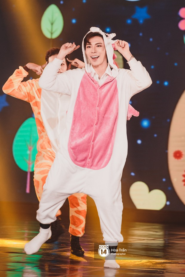 Toàn cảnh show Hàn-Việt: Đông Nhi quá đẳng cấp bên Apink, Chi Pu gây bất ngờ với vũ đạo Mời anh vào team em - Ảnh 26.