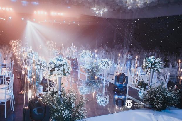 Không gian đám cưới sang trọng, ngập tràn sắc hoa của Ưng Hoàng Phúc và Kim Cương - Ảnh 11.