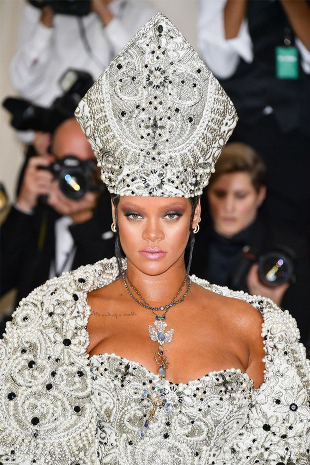 Đẳng cấp siêu sao của Rihanna: cho người có khuôn mặt giống mình thử nhuộm lông mày trước, thấy đẹp mới làm - Ảnh 2.