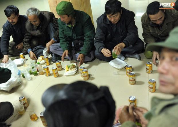 Nhiều người ngồi bệt ăn cơm, uống bia ngay tại sảnh trụ sở VFF chờ mua vé chung kết AFF Cup - Ảnh 7.