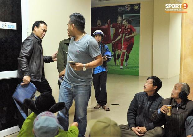 Nhiều người ngồi bệt ăn cơm, uống bia ngay tại sảnh trụ sở VFF chờ mua vé chung kết AFF Cup - Ảnh 9.