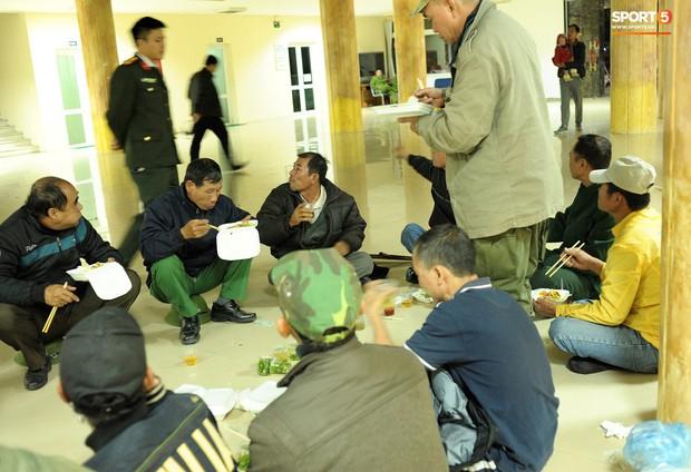Nhiều người ngồi bệt ăn cơm, uống bia ngay tại sảnh trụ sở VFF chờ mua vé chung kết AFF Cup - Ảnh 8.