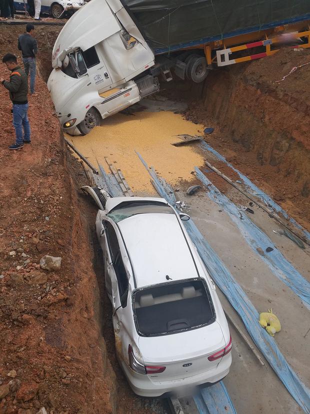 Quảng Ninh: Tránh xe tải trước mặt, xe bồn mất lái lao qua dải phân cách rồi đâm trúng 3 ô tô con bên đường - Ảnh 2.