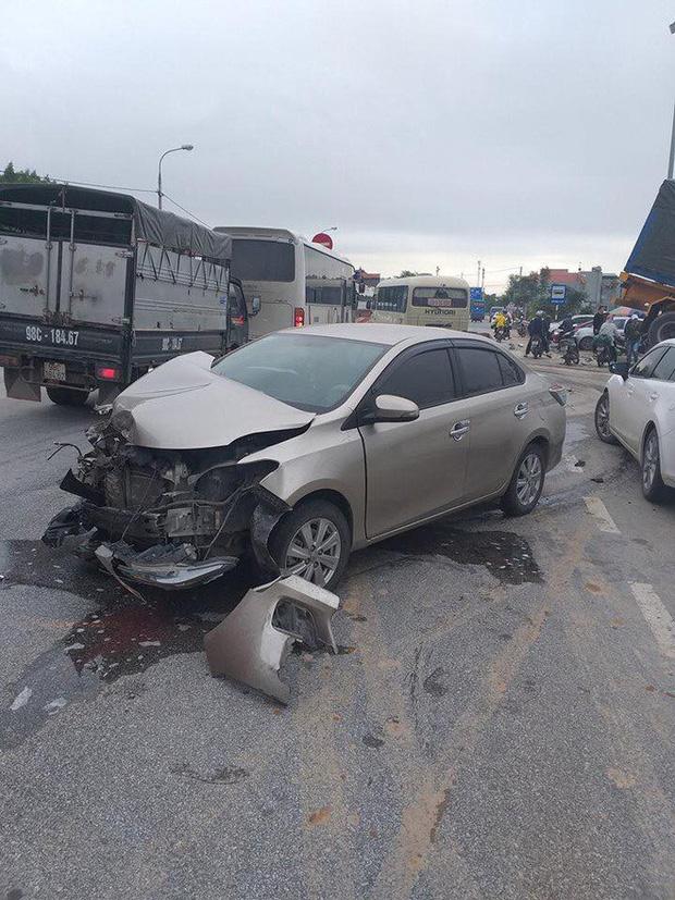 Quảng Ninh: Tránh xe tải trước mặt, xe bồn mất lái lao qua dải phân cách rồi đâm trúng 3 ô tô con bên đường - Ảnh 3.