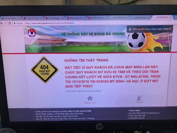 Người dân tìm mọi cách mua vé AFF cup: Mua online, trèo rào mua offline, ai may mắn thì mới có vé - Ảnh 1.