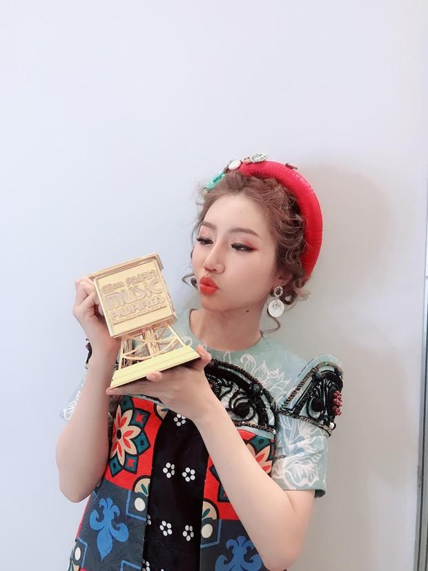Hậu nhận giải tân binh xuất sắc, Orange tự tin trình hát hit Người lạ ơi song ngữ Việt - Hàn trên sân khấu MAMA 2018 - Ảnh 2.