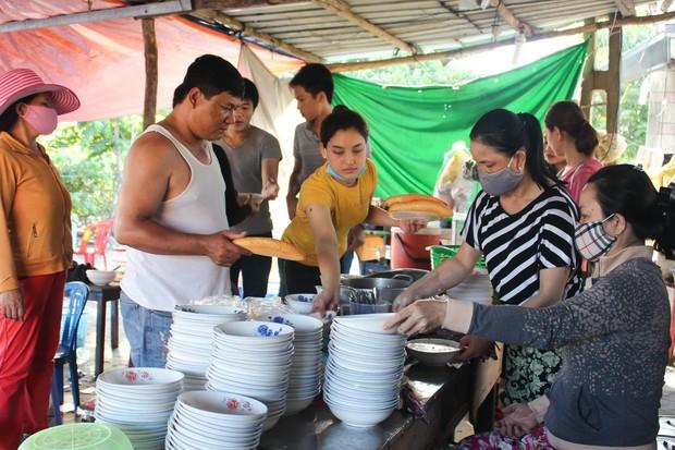 Kỳ lạ ai đến Đà Nẵng đều rủ nhau ra ruộng ăn tô bánh canh chỉ có giá 9k - Ảnh 3.