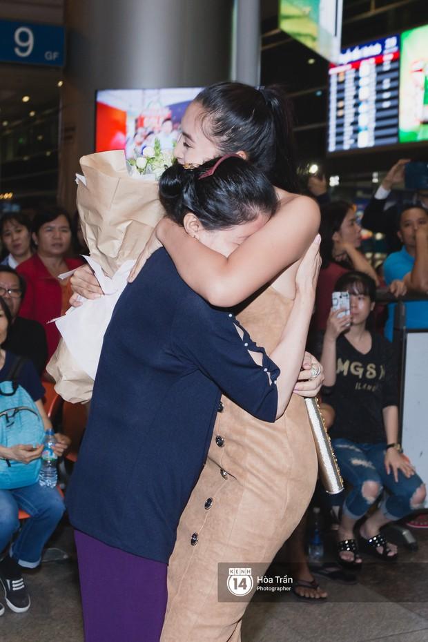 Hội chị em Hoa hậu và người hâm mộ bất chấp đêm khuya đón Tiểu Vy trở về từ Miss World  - Ảnh 19.