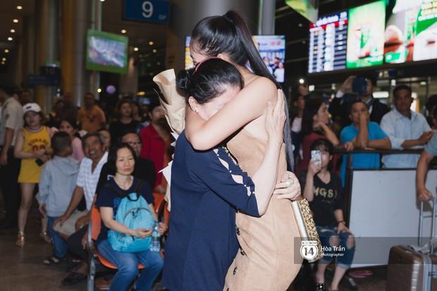 Hội chị em Hoa hậu và người hâm mộ bất chấp đêm khuya đón Tiểu Vy trở về từ Miss World  - Ảnh 18.
