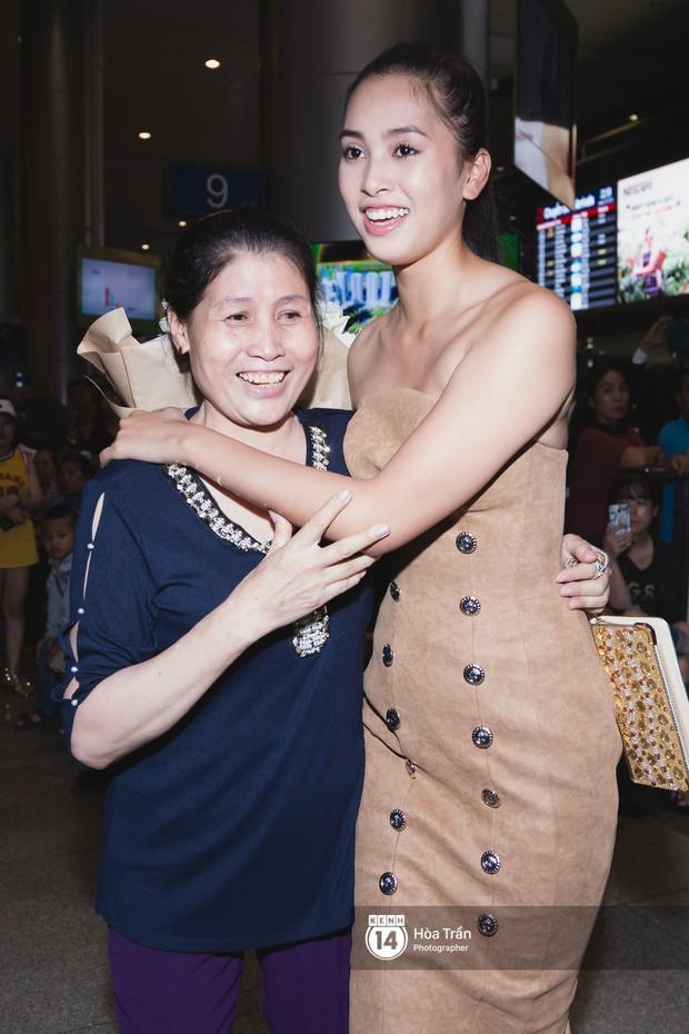Hội chị em Hoa hậu và người hâm mộ bất chấp đêm khuya đón Tiểu Vy trở về từ Miss World  - Ảnh 17.