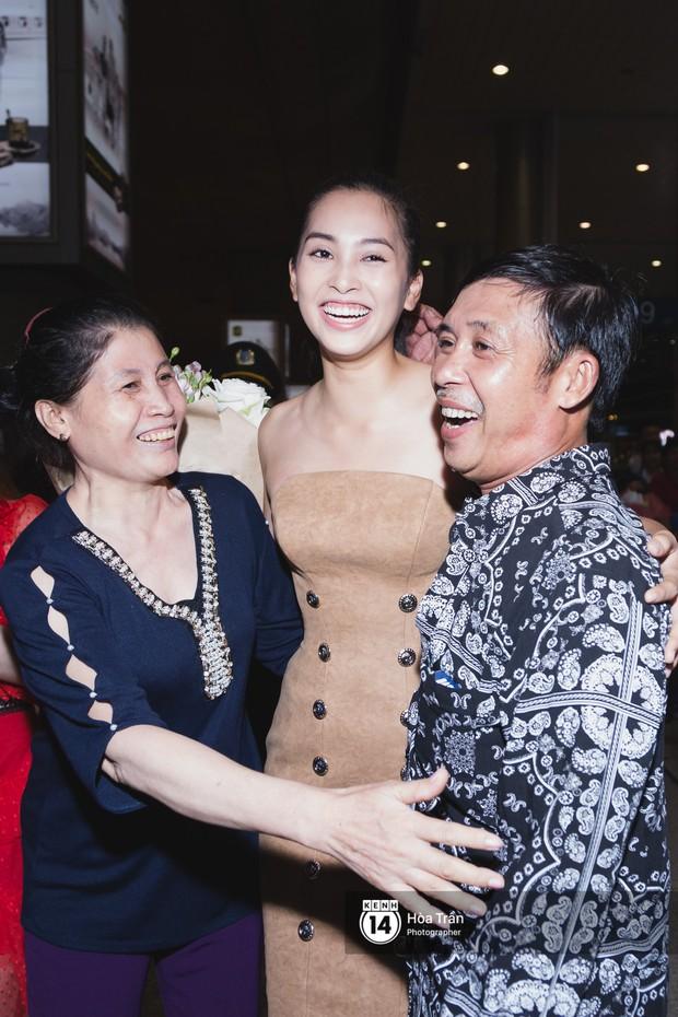 Hội chị em Hoa hậu và người hâm mộ bất chấp đêm khuya đón Tiểu Vy trở về từ Miss World  - Ảnh 16.