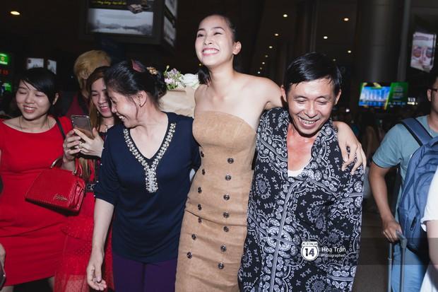 Hội chị em Hoa hậu và người hâm mộ bất chấp đêm khuya đón Tiểu Vy trở về từ Miss World  - Ảnh 15.