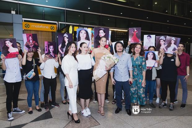 Hội chị em Hoa hậu và người hâm mộ bất chấp đêm khuya đón Tiểu Vy trở về từ Miss World  - Ảnh 14.
