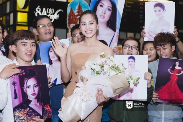 Hội chị em Hoa hậu và người hâm mộ bất chấp đêm khuya đón Tiểu Vy trở về từ Miss World  - Ảnh 12.