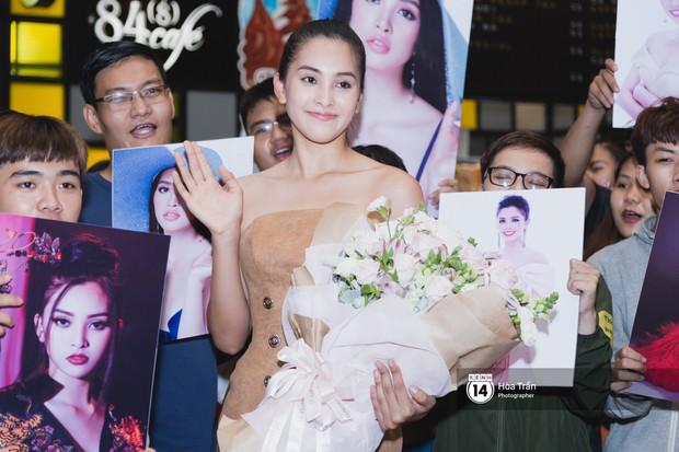 Hội chị em Hoa hậu và người hâm mộ bất chấp đêm khuya đón Tiểu Vy trở về từ Miss World  - Ảnh 11.
