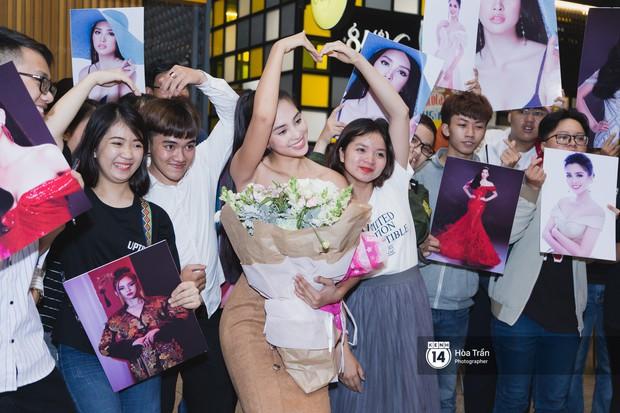 Hội chị em Hoa hậu và người hâm mộ bất chấp đêm khuya đón Tiểu Vy trở về từ Miss World  - Ảnh 9.