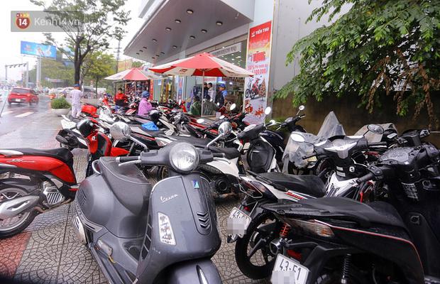 Hàng nghìn ô tô, xe máy bị đuối nước ở Đà Nẵng xếp hàng dài chờ cấp cứu - Ảnh 10.