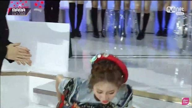 Cô gái đáng thương nhất MAMA 2018: Chủ nhân hit Người lạ ơi trượt ngã khi nhận giải, Kang Daniel gây sốt vì giúp đỡ - Ảnh 2.