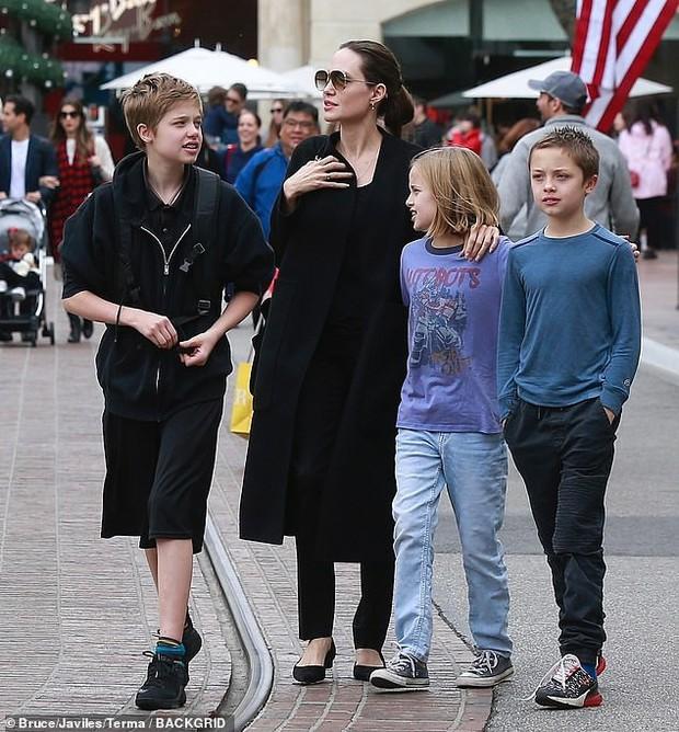Angelina Jolie khoe 3 con ruột ngày càng cao lớn, thừa hưởng nét đẹp của cả bố lẫn mẹ - Ảnh 1.