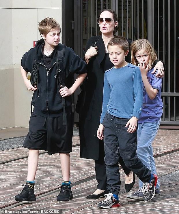 Angelina Jolie khoe 3 con ruột ngày càng cao lớn, thừa hưởng nét đẹp của cả bố lẫn mẹ - Ảnh 3.