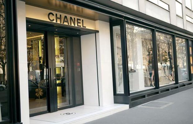 Sau 4 tuần biểu tình tại Paris, hàng loạt shop đồ hiệu như Chanel, Fendi bị đập phá cướp bóc nặng nề - Ảnh 1.