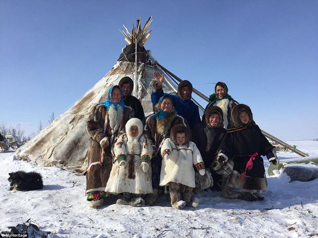 Những khoảnh khắc đời thường của Nenets: Bộ lạc du mục chuyên ăn thịt sống, uống máu tuần lộc - Ảnh 17.