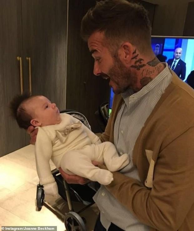 David Beckham làm triệu trái tim tan chảy với ảnh bồng bế cháu gái nhỏ cực dễ thương - Ảnh 3.