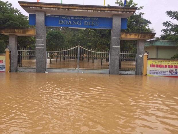 Thiệt hại mưa bão nặng nề tại miền Trung: Hàng loạt trường học chìm trong biển nước, hồ sơ bài thi hư hỏng không khôi phục được - Ảnh 1.
