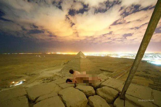 Quay clip phản cảm trên đỉnh kim tự tháp Ai Cập, anh thợ ảnh ăn đủ gạch đá từ cư dân mạng - Ảnh 3.