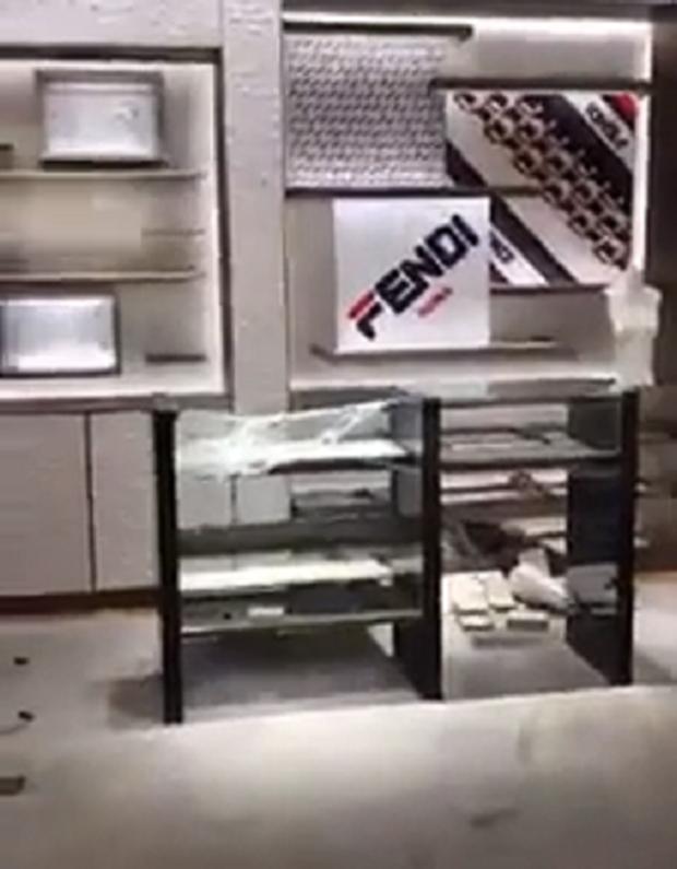 Sau 4 tuần biểu tình tại Paris, hàng loạt shop đồ hiệu như Chanel, Fendi bị đập phá cướp bóc nặng nề - Ảnh 5.