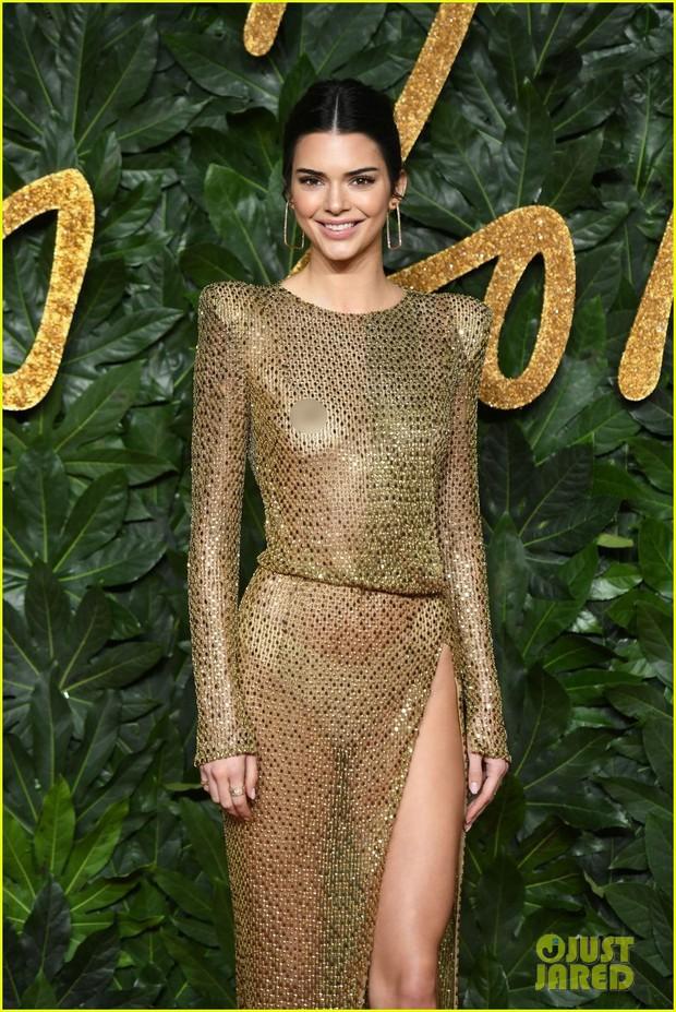 Kendall Jenner khoe vóc dáng đẹp khó cưỡng, táo bạo thả rông trên thảm đỏ - Ảnh 2.