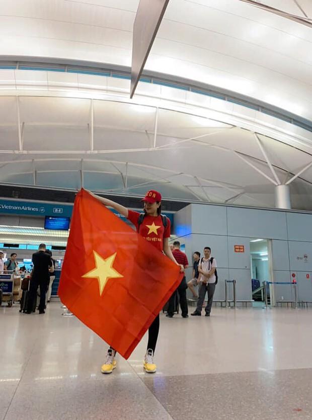 Á hậu Lệ Hằng, Bình Minh mặc áo cờ đỏ sao vàng, cùng lên đường đến Malaysia cổ vũ đội tuyển Việt Nam - Ảnh 2.