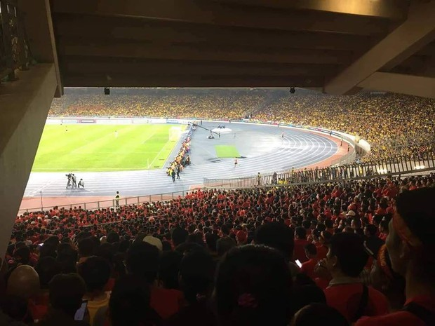 Éo le hơn cả Đức Chinh chính là CĐV bỏ tiền sang tận Malaysia xem chung kết mà chỉ nhìn được... nửa sân - Ảnh 1.