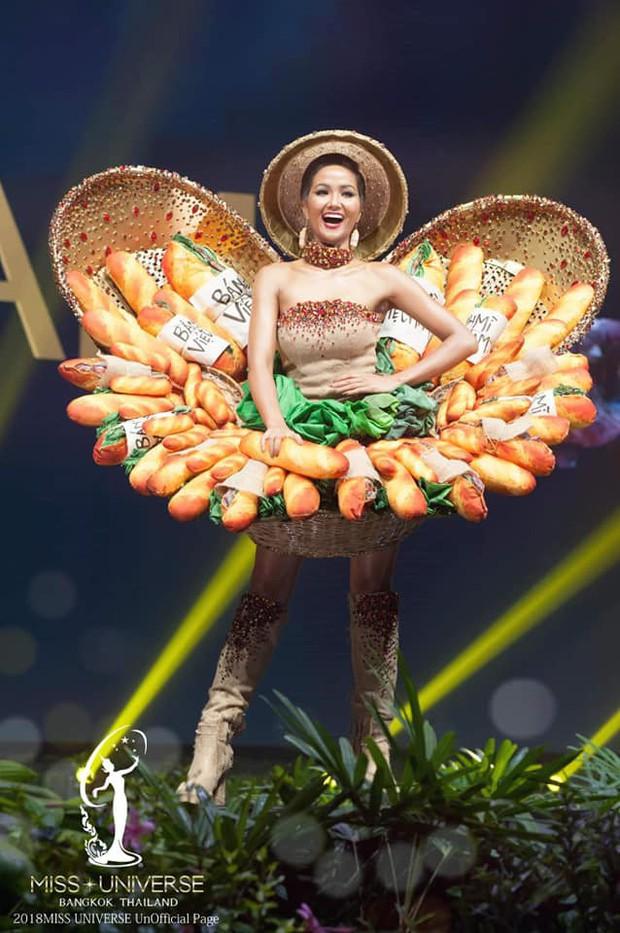 """Miss Universe 2018: Trang phục """"bánh mì"""" gặp sự cố, H'Hen Niê vẫn xử lý quá đỗi tài tình khiến chẳng ai nhận ra - Ảnh 8."""
