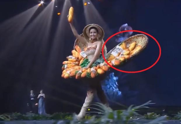 """Miss Universe 2018: Trang phục """"bánh mì"""" gặp sự cố, H'Hen Niê vẫn xử lý quá đỗi tài tình khiến chẳng ai nhận ra - Ảnh 4."""