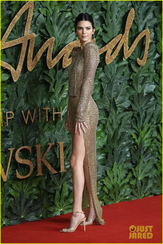 Kendall Jenner khoe vóc dáng đẹp khó cưỡng, táo bạo thả rông trên thảm đỏ - Ảnh 1.