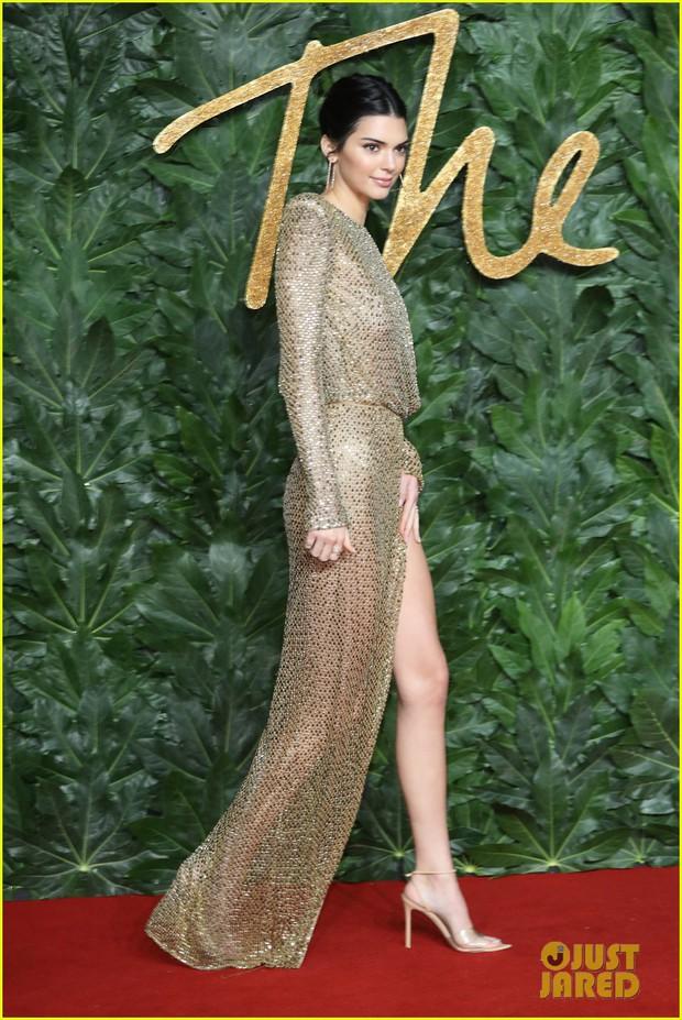 Kendall Jenner khoe vóc dáng đẹp khó cưỡng, táo bạo thả rông trên thảm đỏ - Ảnh 4.