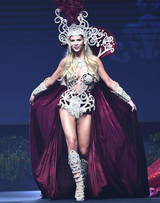Xem dàn thí sinh Miss Universe 2018 trình diễn trang phục dân tộc mà dân tình cứ ngỡ như coi Victorias Secret! - Ảnh 6.