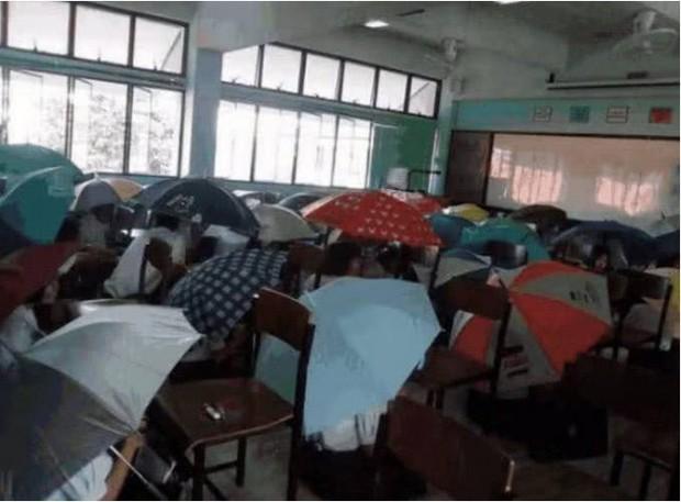 Bức ảnh học sinh che ô lụp xụp kín cả lớp học và sự thật phía sau khiến nhiều người ngã ngửa - Ảnh 1.