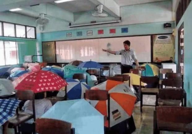 Bức ảnh học sinh che ô lụp xụp kín cả lớp học và sự thật phía sau khiến nhiều người ngã ngửa - Ảnh 2.